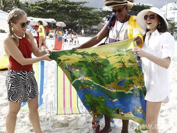 Angélica grava na praia com Monica Iozzi (Foto: Inácio Moraes/TV Globo)
