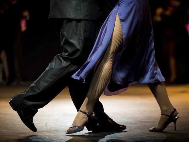 Casal dança tango no concurso em Buenos Aires (Foto: Victor R. Caivano/AP)
