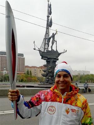 Renato Ribeiro com a Tocha Olimpíadas 2014 Rússia (Foto: Tv Globo)