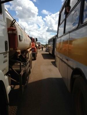 Moradores fecham Estrada do Belmont, em Porto Velho (Foto: Larissa Matarésio/G1)