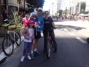 Família foi pedalar junta na Avenida Paulista neste domingo (Foto: Vivian Reis/G1)