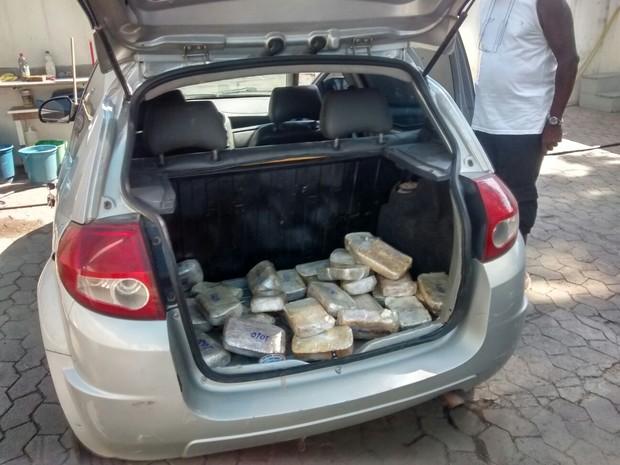 Cocaína estava escondida em carro (Foto: Reprodução/ TV Gazeta)