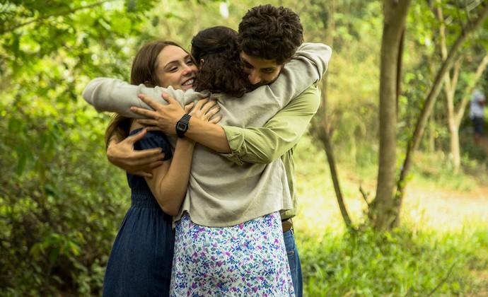 Os três se abraçam felizes (Foto: Chico Couto/Gshow)