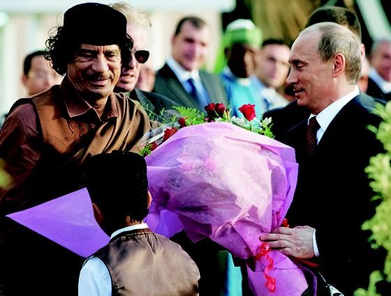 OBSESSÃO  Putin com Muamar Kadafi, em 2008,  na Líbia. Putin ficou perturbado com o linchamento do ex-ditador líbio  (Foto: Artyom Korotayev/Epsilon/Getty Images)