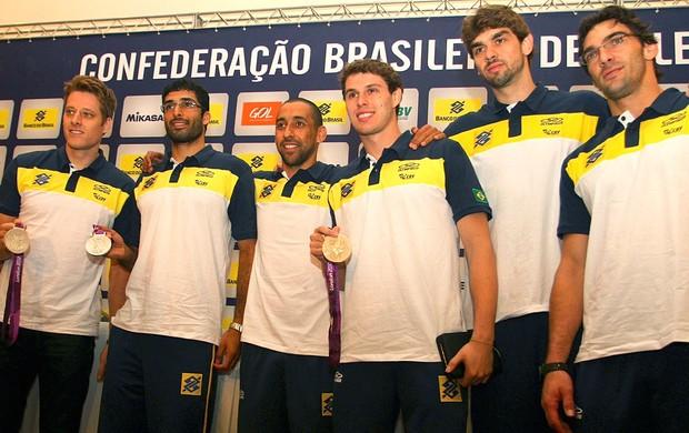 Seleção do Brasil na coletiva de vôlei (Foto: Luiz Pires / VIPCOMM)