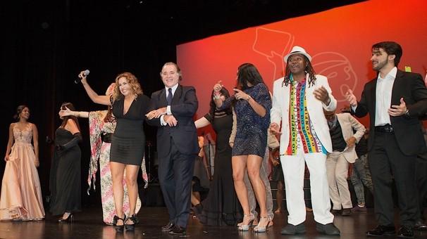 No fim do show, Tony Ramos subiu ao palco e puxou o começo de 'O Canto da Cidade', que foi continuada por Daniela Mercury (Foto: Reid Harrison/Globo)