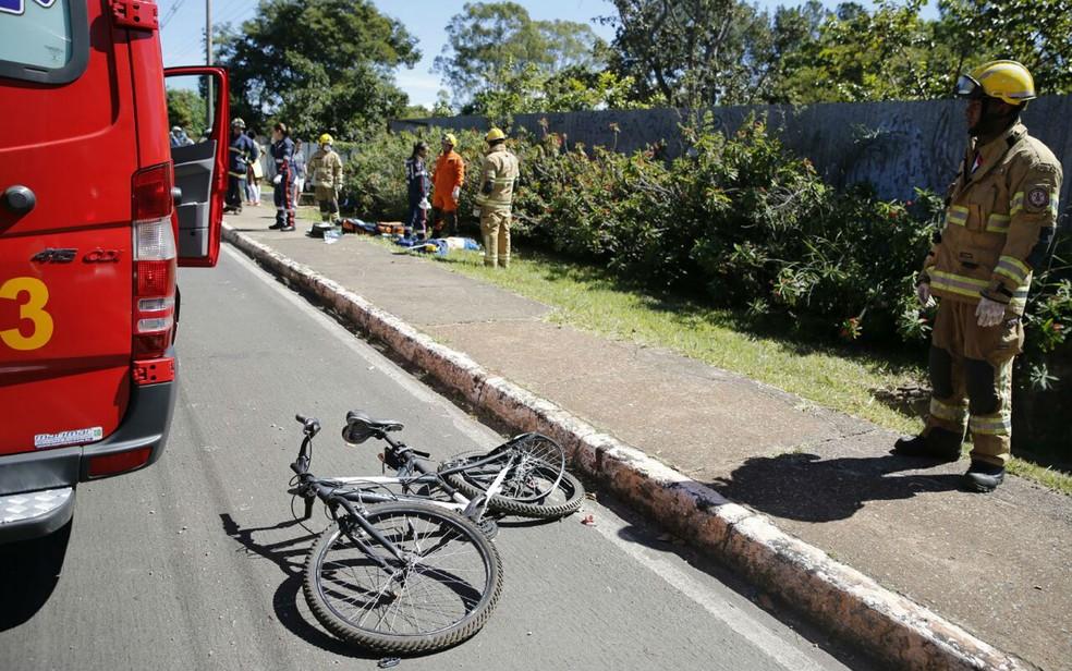 Ciclista de 60 anos morre após ser atropelado por motorista embrigada em Brasília (Foto: Corpo de Bombeiros/Divulgação)