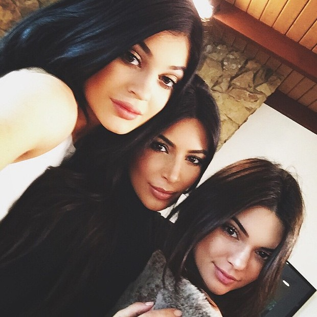 Kylie Jenner, Kim Kardashian e Kendall Jenner posam para selfie (Foto: Instagram/ Reprodução)