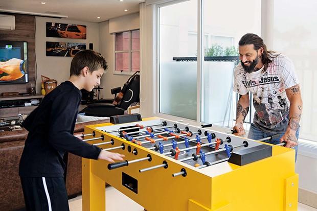 Lucas e Henri jogam pebolim  (Foto:  Lucas e Henri jogam pebolim )