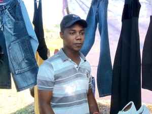 Trabalhador rural também ajuda nas horas vagas a vender as roupas em Fama MG (Foto: Reprodução EPTV)