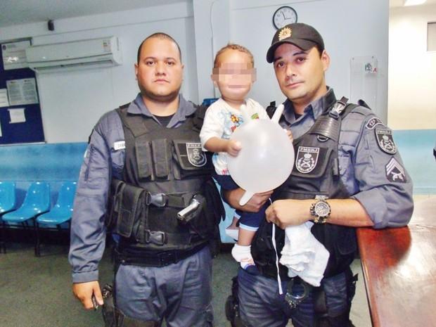 Policiais encontraram menor chorando durante patrulhamento na madrugada (Foto: Mauro Luis/Blog Lei Seca Maricá)