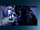 Câmera de segurança flagra assalto a farmácia em Goiânia; veja vídeo