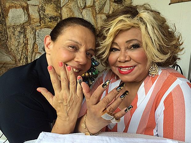 Rosi Campos e Alcione posam exibindo as unhas pintadas (Foto: Vídeo Show / Gshow)