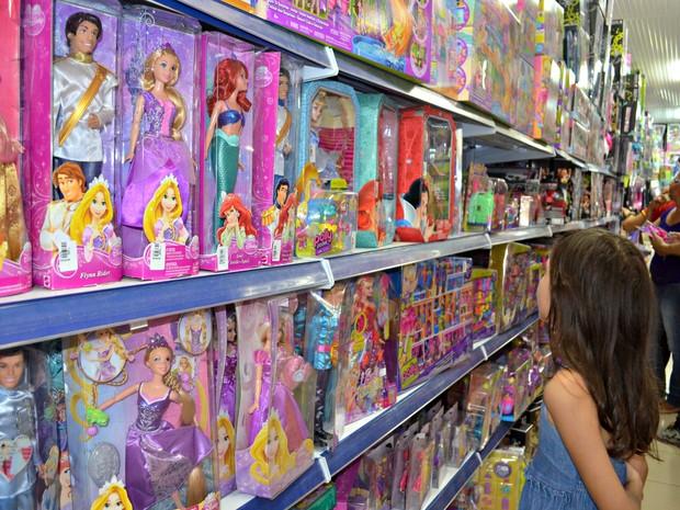 5d74a3eb8 Barbies ainda são as preferidas entre as meninas, diz gerente de loja (Foto: