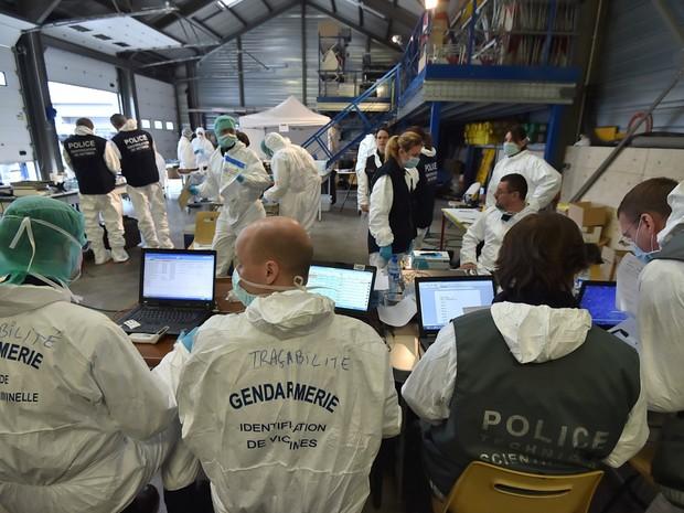 Peritos forenses da unidade de identificação das vítimas trabalham perto do local do acidente com o Airbus A320 da Germanwings onde as 150 pessoas a bordo morreram. Foto de 26 de março (Foto: Sirpa/Divulgação/via Reuters)