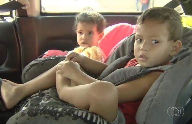 PRF fiscaliza uso de cadeirinhas no transporte de crianças em carros