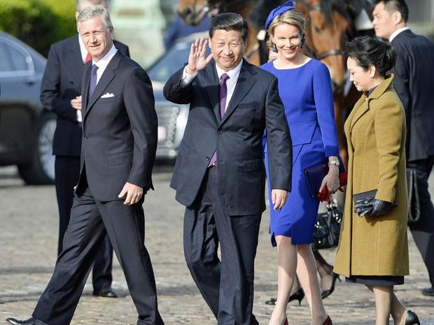 Rei Philippe, Xi Jinping, rainha Mathilde e Peng Liyuan durante cerimônia de boas-vindas no Palácio Real, em Bruxelas, neste domingo (30) (Foto: Benoit Doppagne/Belga/AFP)