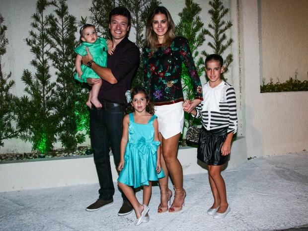 Rodrigo Faro com a mulher, Vera Viel, e com as filhas Clara, Maria e Helena em festa em São Paulo (Foto: Manuela Scarpa/ Foto Rio News)