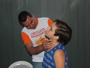 Garoto foi averiguarar mancha no pescoço (Foto: Amanda Franco/ G1)
