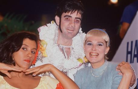 Regina com Luiz Fernando Guimarães e Louise Cardoso caracterizados para o 'TV Pirata', em 1988 Arquivo O Globo