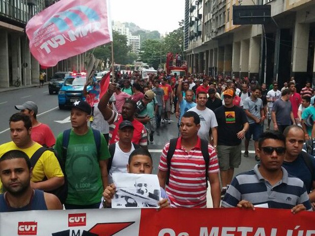 Funcionários de estaleiro fazem protesto no RJ (Foto: Jorge Filho/TV Globo)