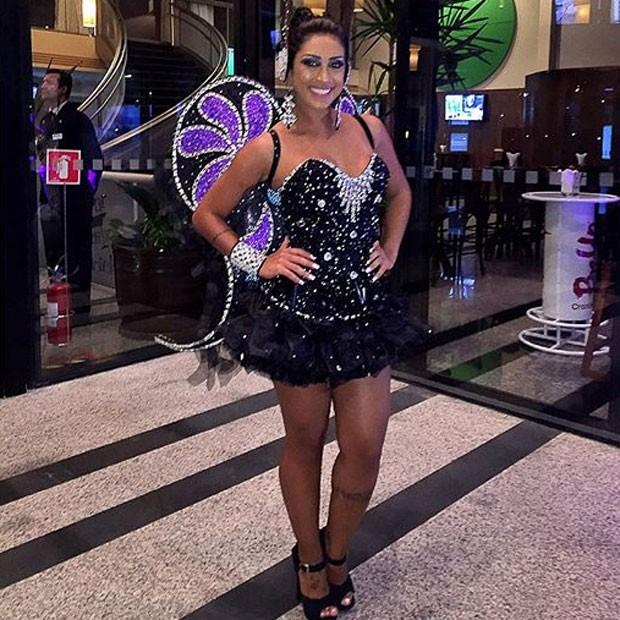 Ex-BBB Amanda Djehdian mostra o look usado no ensaio técnico da Gaviões da Fiel em São Paulo (Foto: Instagram/ Reprodução)