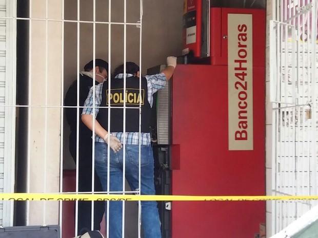 No Cabo de Santo Agostinho, criminosos tentaram violar caixa (Foto: Marlon Costa/Pernambuco Press)