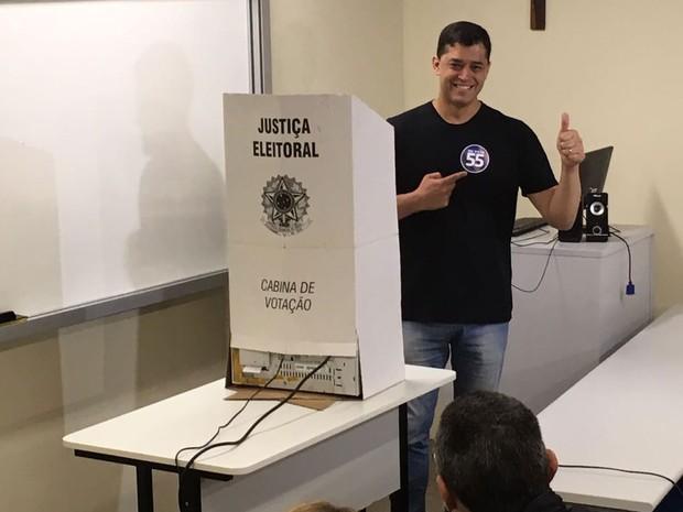Candidato disse que vai fazer transmissão ao vivo nas redes sociais após divulgação do resultado do primeiro turno (Foto: Bruno Albernaz / G1 Rio)