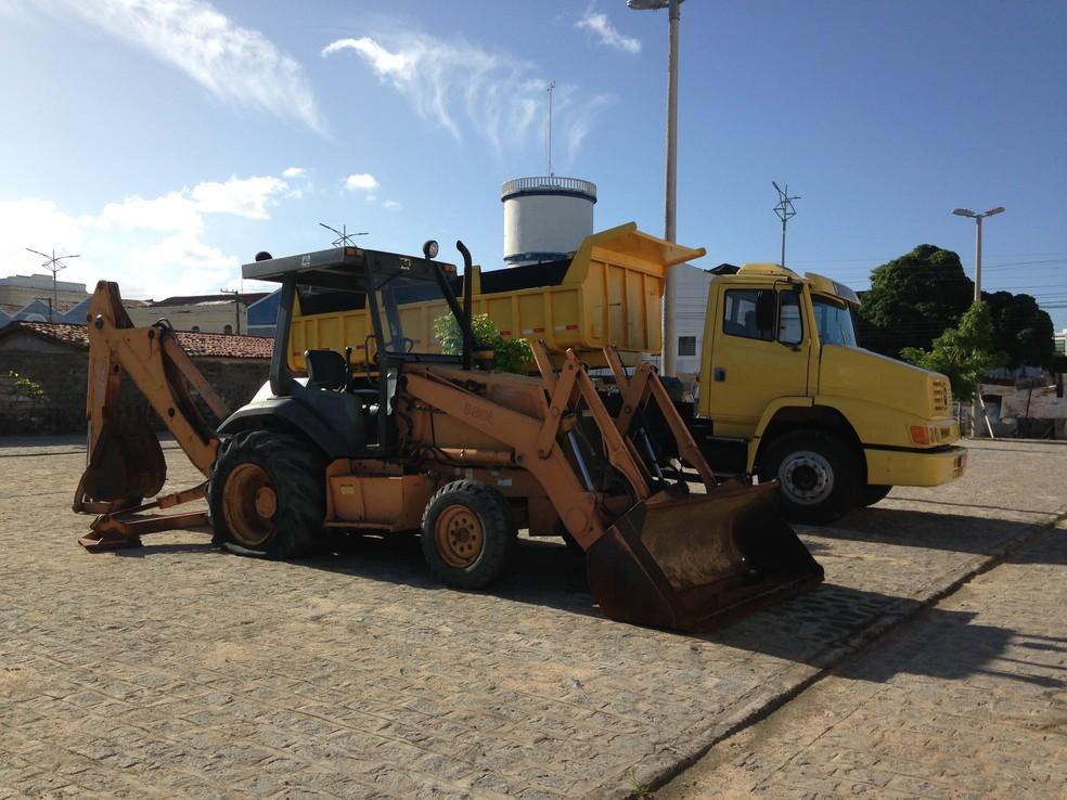 Caminhão e trator estão sem uso no local das obras do Centro Pesqueiro (Foto: Natália Normande/G1)
