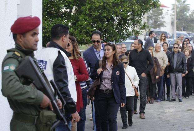 Pessoas fazem fila do lado de fora de local de votação na Tunísia neste domingo (23); país elege presidente em primeira eleição direta desde a revolução de 2011 (Foto: Anis Mili/Reuters)