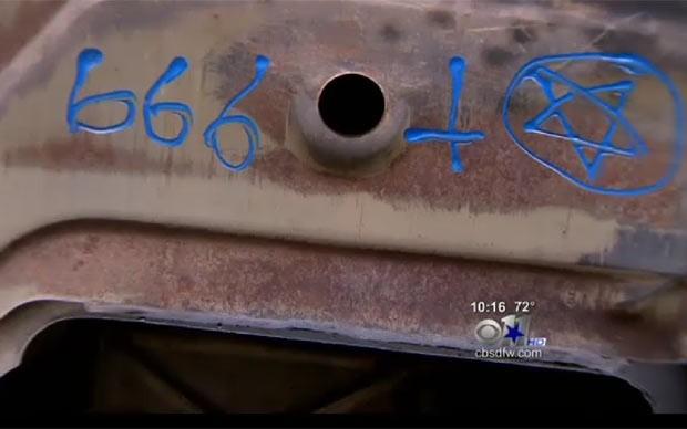 Mulher alega que oficina pintou número da besta debaixo de seu carro. (Foto: Reprodução/CBS)
