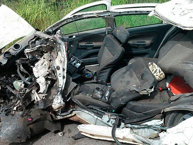 Carro envolvido no acidente ficou destruído, na Bahia (Foto: Magnum Favretto/Blog do Sigi Vilares)