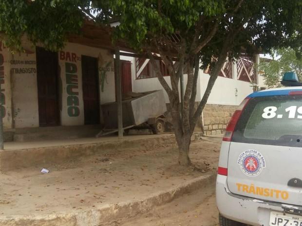 Bebê foi encontrado dentro de casa abandonada em Jequié (Foto: Divulgação / PM)