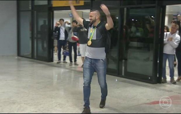 Goleiro Weverton é recebido com festa no aeroporto de São José dos Pinhais (PR) (Foto: Reprodução/TV Globo)