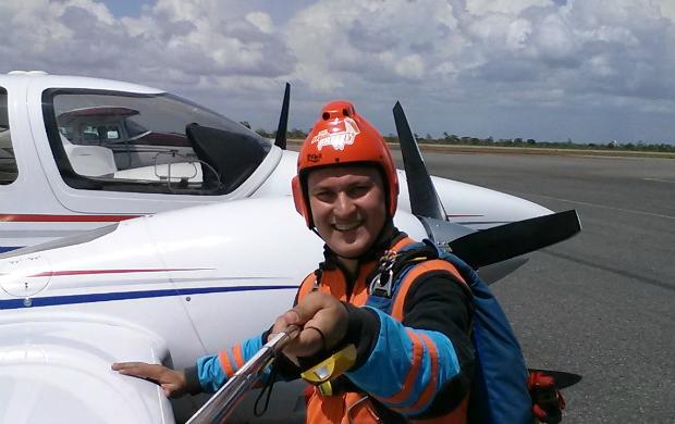 Apresentador Salgado Neto encarou o desafio de saltar sozinho de paraquedas (Foto: Salgado Neto/Arquivo pessoal)