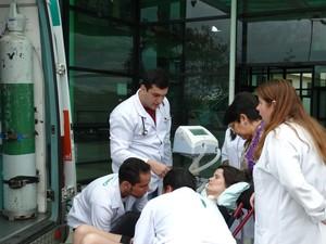 Paciente foi acompanhada por equipe médica (Foto: Paula Cavalcante/ G1)