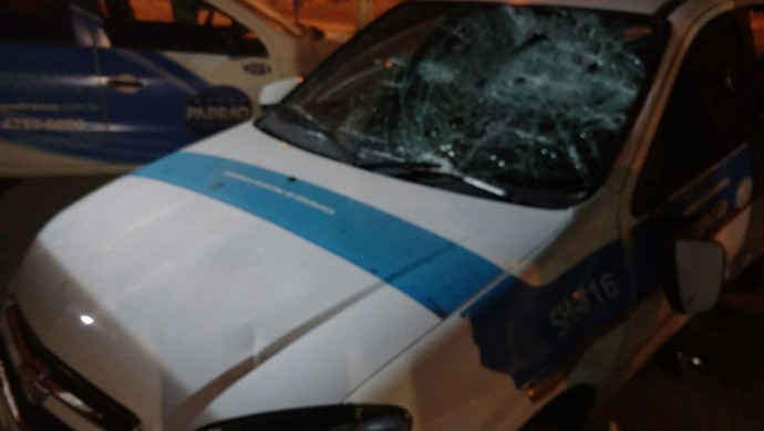 Carro da Secretaria de Segurança Pública de Mogi das Cruzes é depredado durante jogo do São Paulo na Copinha (Foto: Vitor Geron)