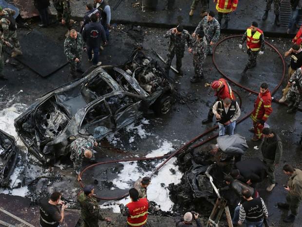 Equipes de segurança trabalham no local da explosão no centro de Beirute, no Líbano, que tirou a vida do ex-ministro de Finanças Mohammed Shattah e de ao menos outras 4 pessoas. Um carro-bomba foi detonado do local, deixando também dezenas de feridos. (Foto: AFP)