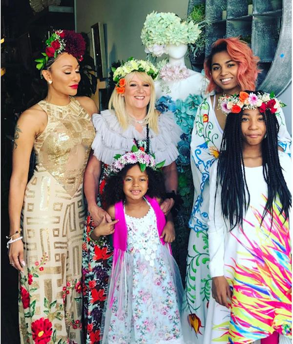 A cantora Mel B com a mãe e as três filhas (Foto: Instagram)
