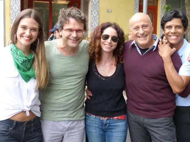 Rosane Svartman posou para fotos com Juliana Paiva, Blota Filho, Wendell Bendelack e o diretor Luiz Henrique Rios (Foto: Malhação / Tv Globo)