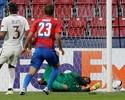 Bola passa por baixo de Alisson, e vitória escapa do Roma fora de casa