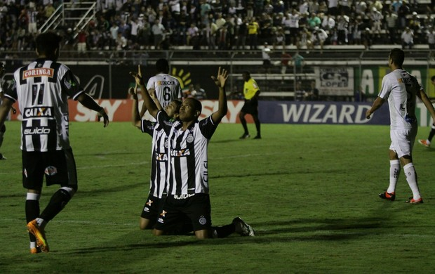 Atacante do ASA, Elionar Bombinha comemora gol no jogo contra o ABC (Foto: José Feitosa, Gazeta de Alagoas)