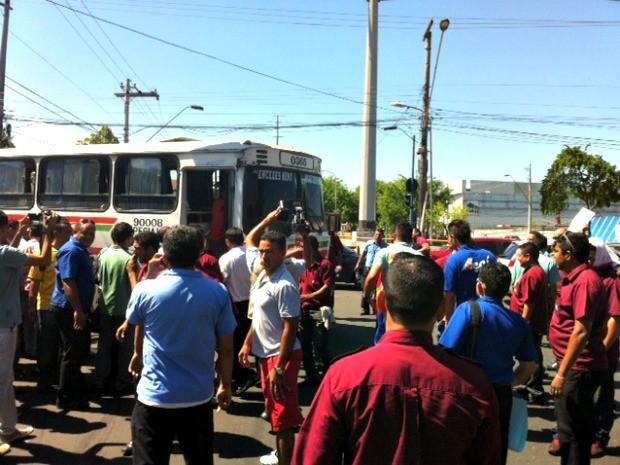 Rodoviários interditaram Avenida Brasil após decisão da paralisação geral em Manaus (Foto: Adneison Severiano/G1 AM)