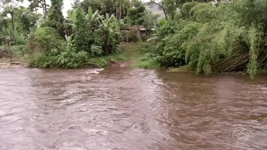 Chuva forte deixa casas alagadas e destrói ponte em Angra dos Reis, RJ