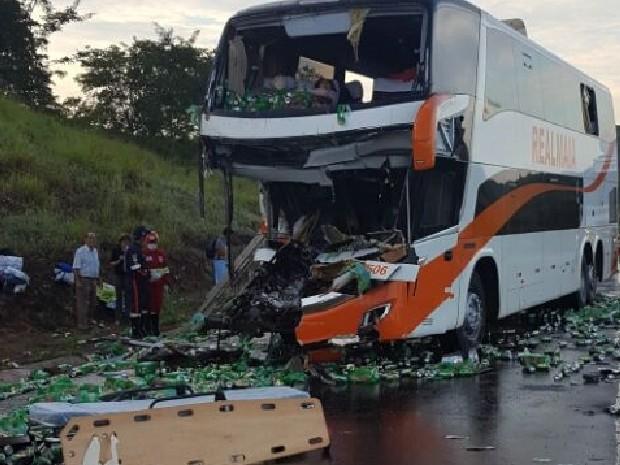 Frente do ônibus ficou completamente destruída, em Morrinhos, Goiás (Foto: Divulgação/Corpo de Bombeiros)