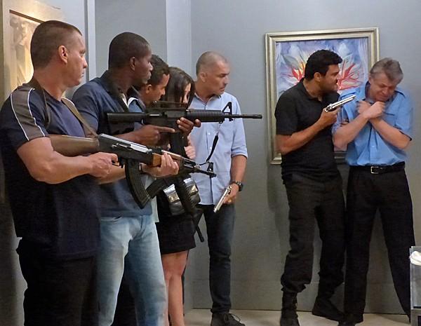 'Isso não é um assalto... É uma missão', explica um dos bandidos (Foto: Cláudia Castilho/ Gshow)