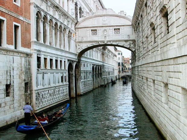 Gondoleiro passa próximo à Ponte dos Suspiros em Veneza (Foto: Michelle Locke/AP)