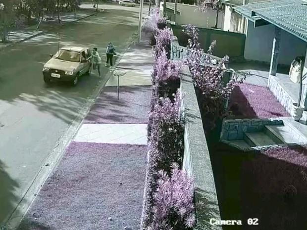 Novo vídeo mostra que jovem segura na porta do carro do ex-namorado (Foto: Reprodução/EPTV)
