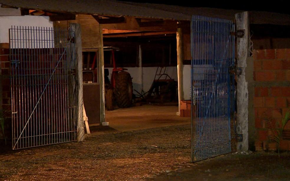Alojamento usado por operários da construção civil escondia túnel para furto de combustível, em Artur Nogueira (Foto: Reprodução / EPTV)
