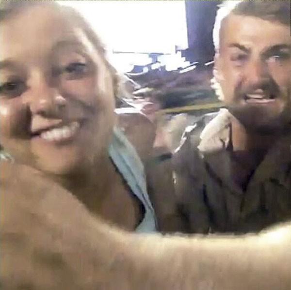 Nos EUA, uma jovem invadiu uma partida de beisebol e, enquanto era derrubada no chão pela segurança, conseguiu tirar um selfie em campo. (Foto: reprodução)